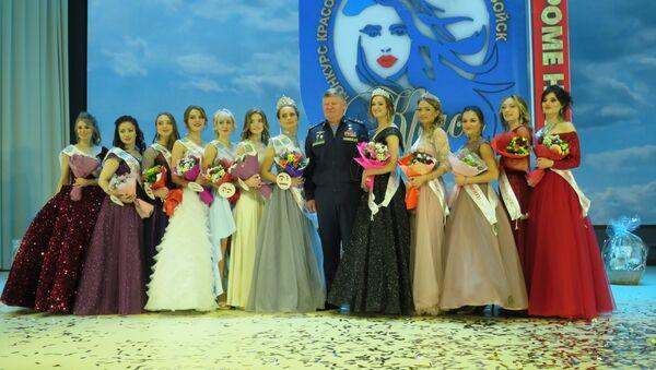 Các thí sinh tham gia cuộc thi và Tư lệnh Lực lượng Dù Liên bang Nga, Thượng tướng Andrei Serdyukov - Sputnik Việt Nam