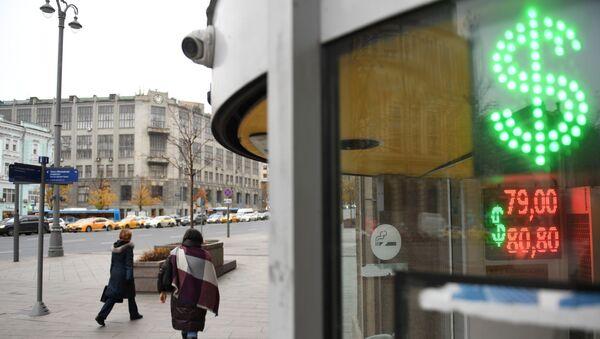 Bảng điểm điện tử với ký hiệu đô la trên đường phố ở Matxcơva. - Sputnik Việt Nam