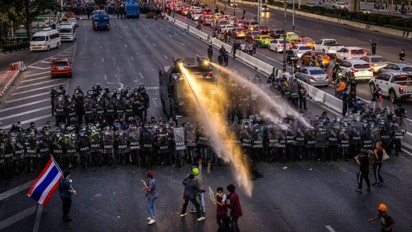 Cảnh sát giải tán cuộc biểu tình phản đối ở Bangkok, Thái Lan - Sputnik Việt Nam
