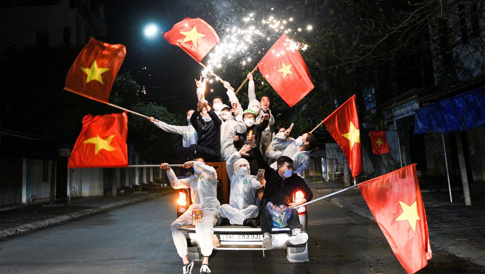 Người dân ăn mừng kết thúc giãn cách xã hội ở Chí Linh, tỉnh Hải Dương, Việt Nam - Sputnik Việt Nam, 1920, 24.04.2021