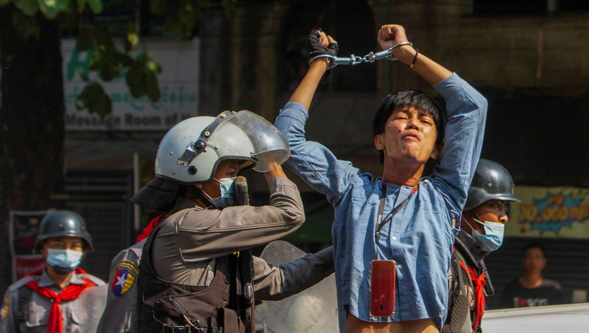 Một người biểu tình bị cảnh sát bắt giữ trong cuộc xuống đường chống lại cuộc đảo chính quân sự ở Yangon, Myanmar - Sputnik Việt Nam, 1920, 22.03.2021