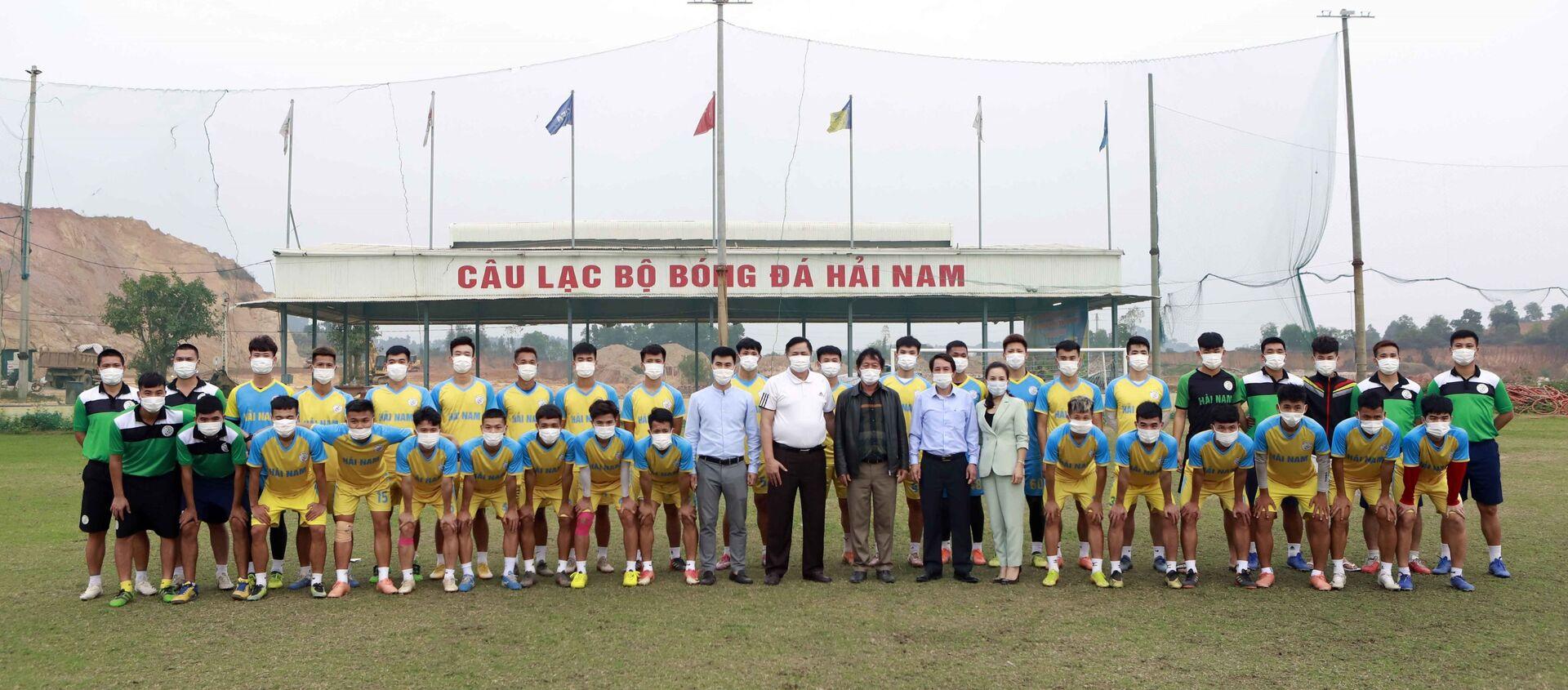 Lãnh đạo thành phố Vĩnh Yên cùng các cầu thủ Câu lạc bộ bóng đá Hải Nam tại sân tập.  - Sputnik Việt Nam, 1920, 05.03.2021