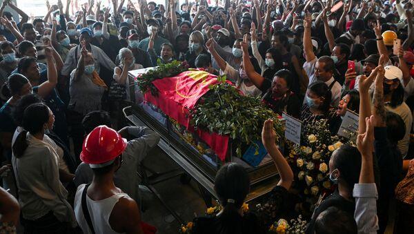 Dân chúng Yangon trong đám tang người bị bắn chết trong cuộc biểu tình phản đối đảo chính quân sự ở Myanmar. - Sputnik Việt Nam