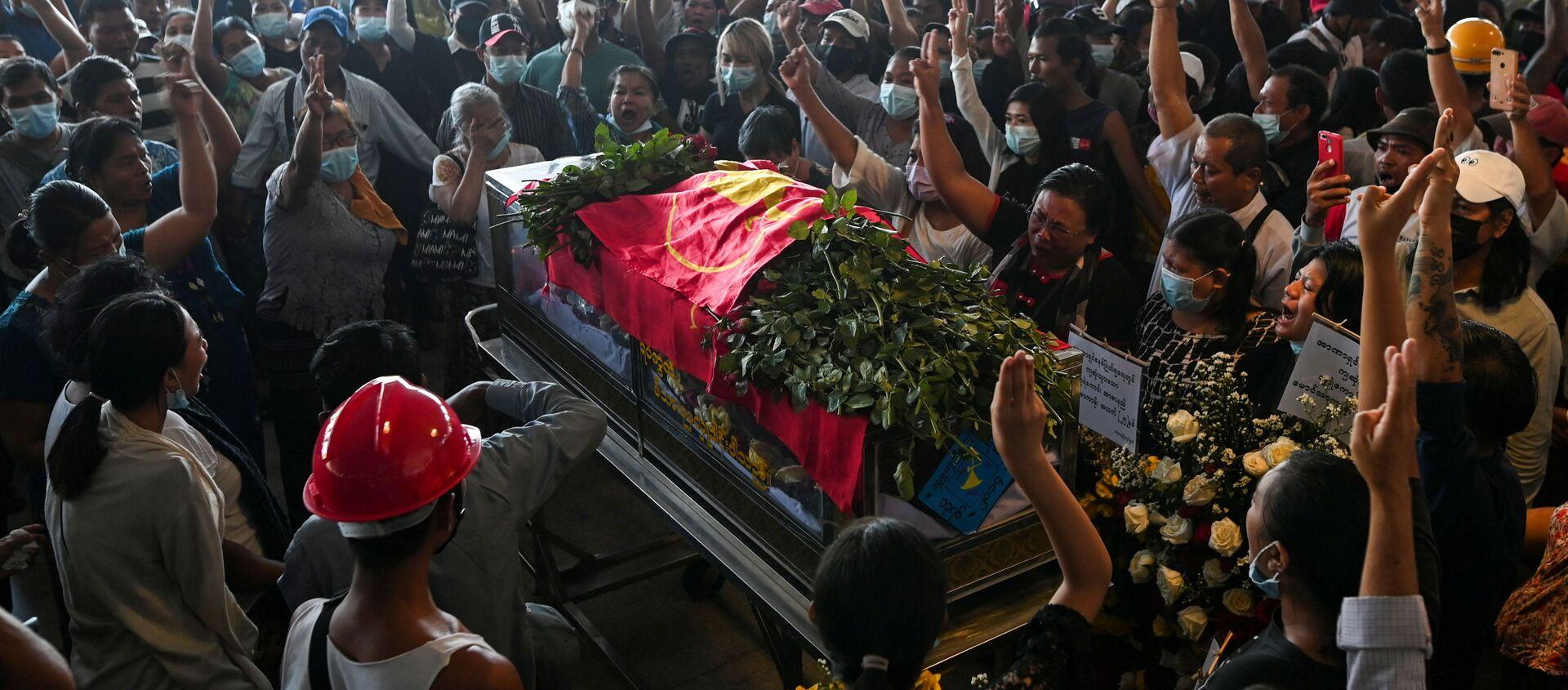 Dân chúng Yangon trong đám tang người bị bắn chết trong cuộc biểu tình phản đối đảo chính quân sự ở Myanmar. - Sputnik Việt Nam, 1920, 30.03.2021