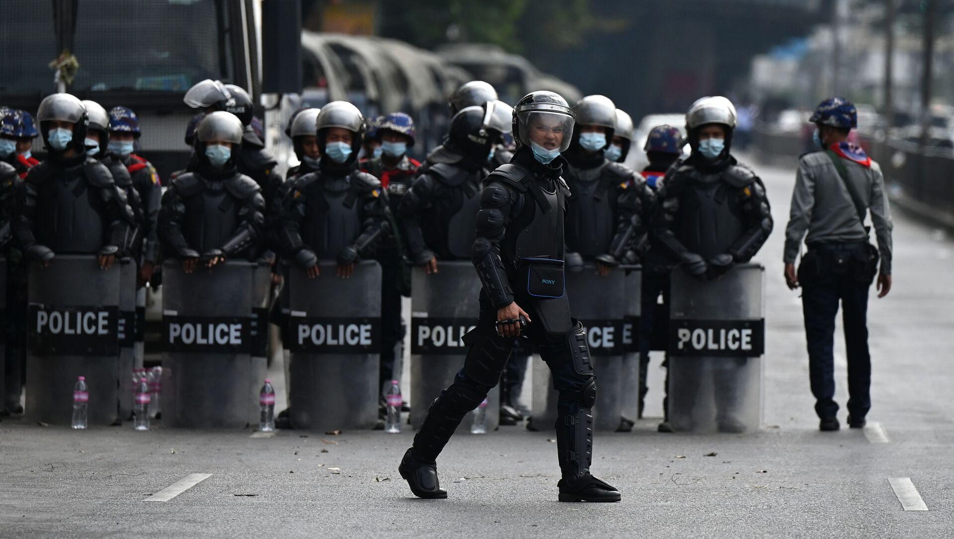 Cảnh sát trong cuộc biểu tình chống lại một cuộc đảo chính quân sự ở Myanmar. - Sputnik Việt Nam, 1920, 05.03.2021