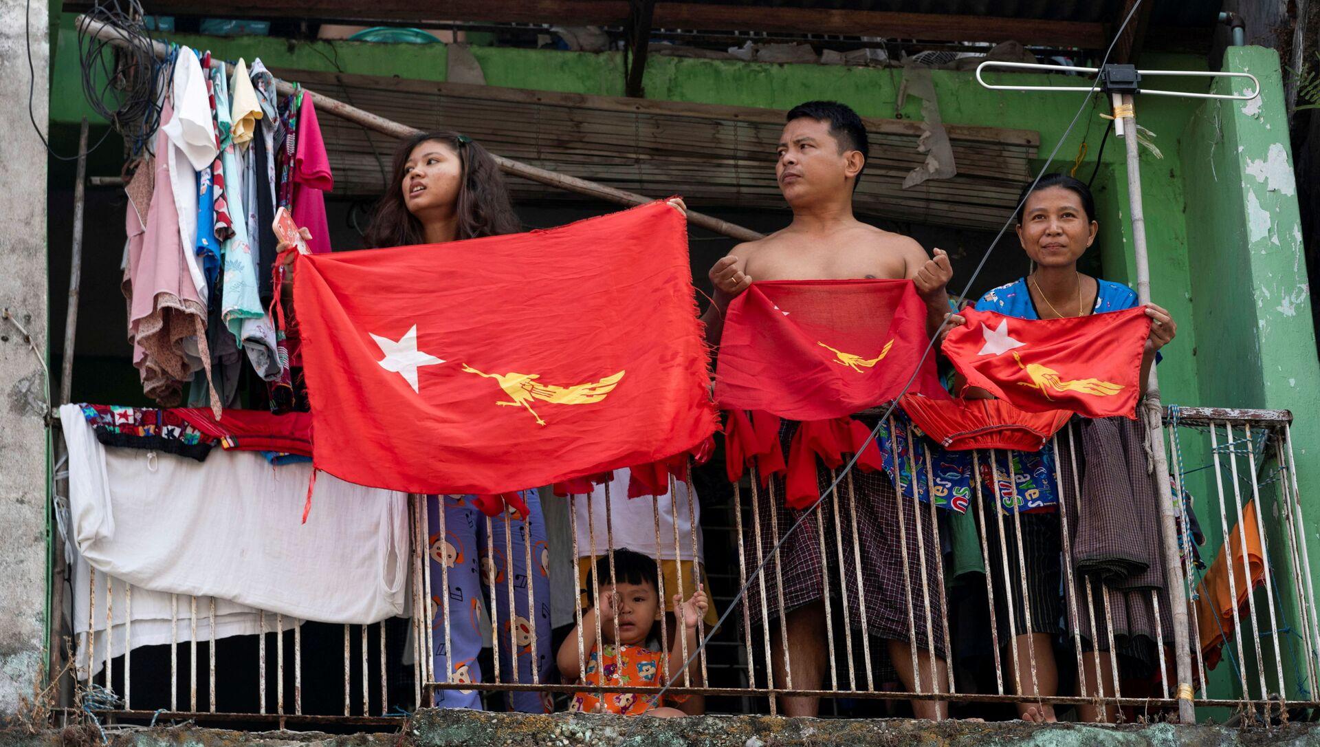 Công dân Myanmar cắm cờ trên ban công phản đối đảo chính quân sự. - Sputnik Việt Nam, 1920, 05.03.2021