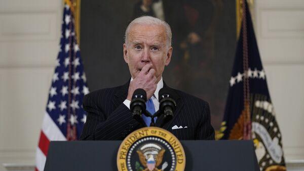 Tổng thống Joe Biden phát biểu về những nỗ lực chống lại COVID-19, tại Phòng ăn Nhà nước của Nhà Trắng, Thứ Ba, ngày 2 tháng 3 năm 2021, ở Washington - Sputnik Việt Nam