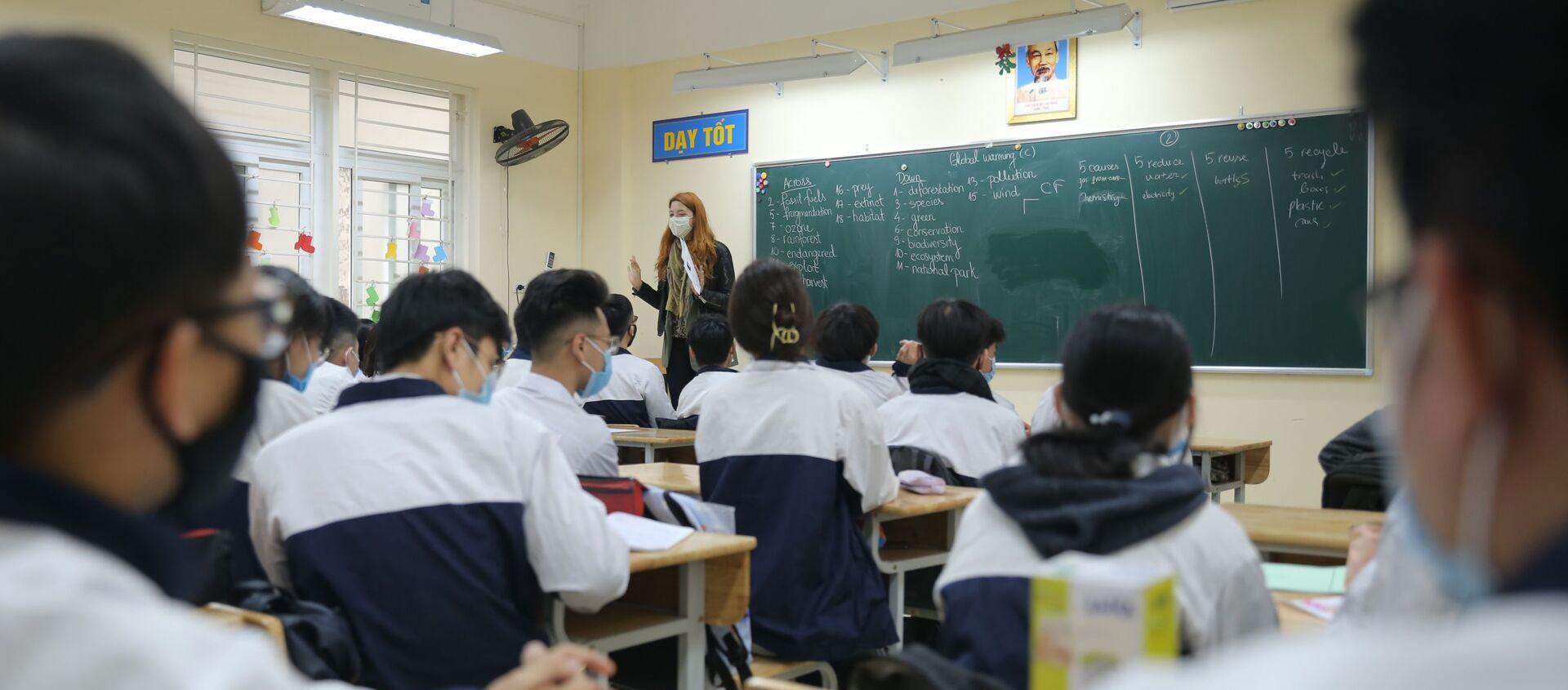 Giáo viên và học sinh lớp 11A2, Trường THPT Trần Nhân Tông, quận Hai Bà Trưng thực hiện nghiêm túc việc đeo khẩu trang trong lớp - Sputnik Việt Nam, 1920, 07.03.2021