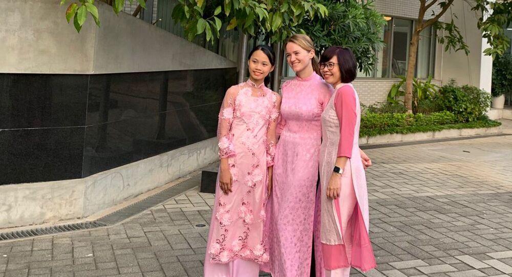 Bà Maria Taruntaeva cùng các đồng nghiệp trong trang phục áo dài truyền thống của Việt Nam