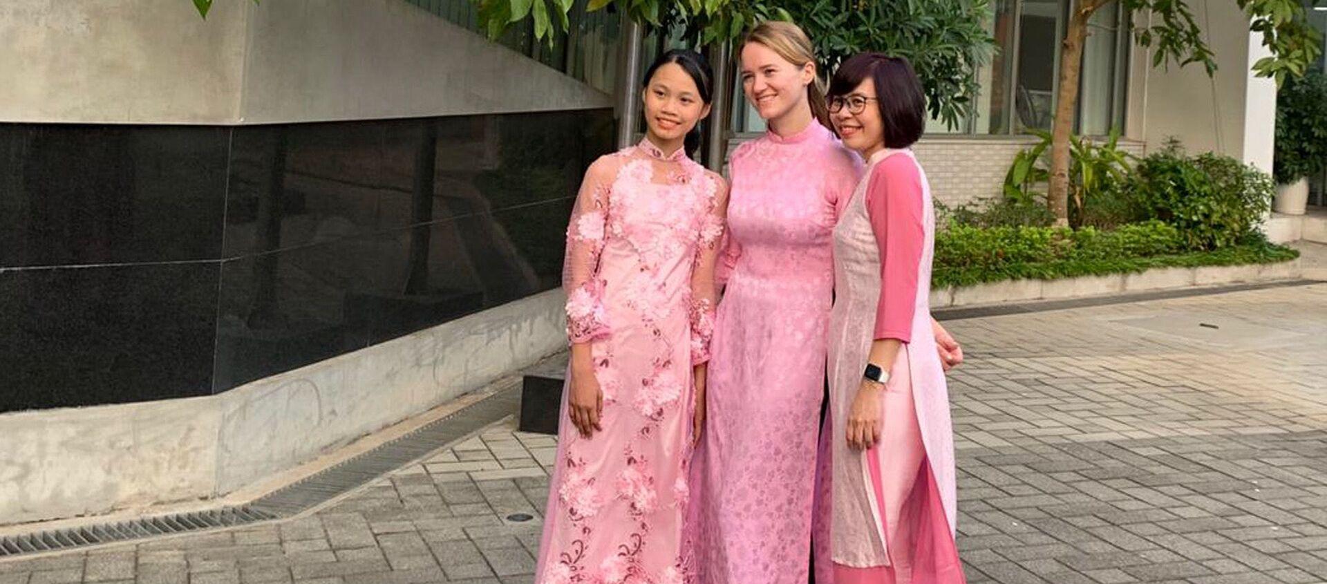 Bà Maria Taruntaeva cùng các đồng nghiệp trong trang phục áo dài truyền thống của Việt Nam - Sputnik Việt Nam, 1920, 08.03.2021