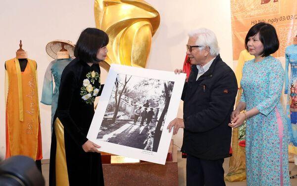 Nhà báo Đinh Quang Thành, nguyên phóng viên Thông tấn xã Việt Nam trao tặng 358 bức ảnh về phụ nữ trong cuộc sống thường ngày, làng nghề… cho Bảo tàng Phụ nữ Việt Nam. - Sputnik Việt Nam