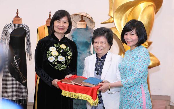 PGS.TS Nguyễn Thị Phượng trao tặng cho Bảo tàng Phụ nữ Việt Nam 3 cuốn nhật ký từ năm 1960 – 1976. - Sputnik Việt Nam