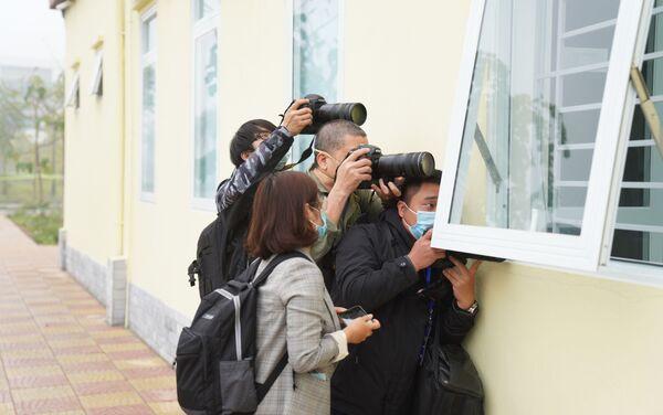 Nhiều nhà báo chờ đợi ghi hình những mũi vắc xin đầu tiên - Sputnik Việt Nam