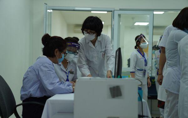 Nhân viên y tế đang chuẩn bị tiêm phòng - Sputnik Việt Nam