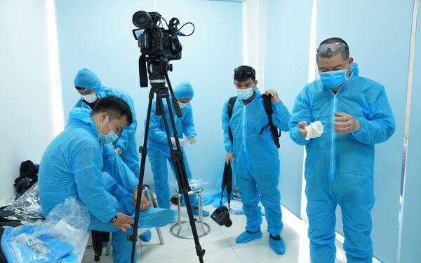 Các nhà báo có mặt tại sự kiện đều mặc trang phục bảo hộ y tế - Sputnik Việt Nam