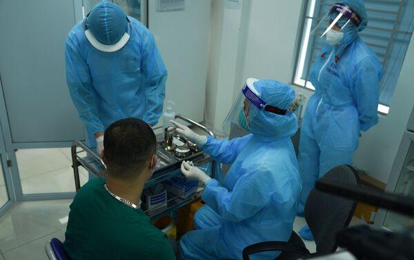 Bệnh nhân chờ tiêm vaccine ngừa Covid-19  - Sputnik Việt Nam