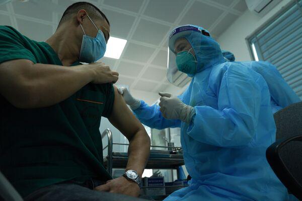 Bệnh nhân đang được tiêm vắc-xin Covid-19 tại Hà Nội - Sputnik Việt Nam