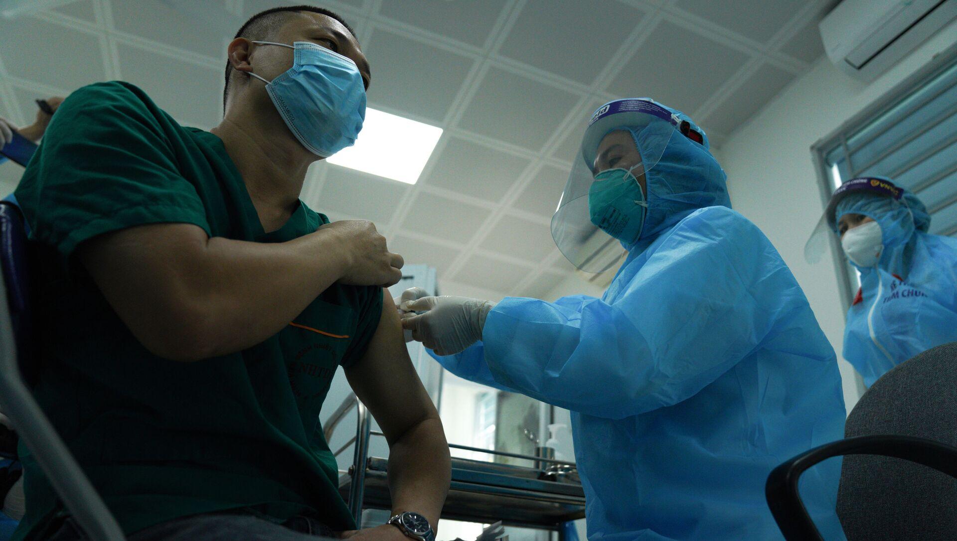 Bệnh nhân đang được tiêm vắc-xin Covid-19 - Sputnik Việt Nam, 1920, 14.03.2021