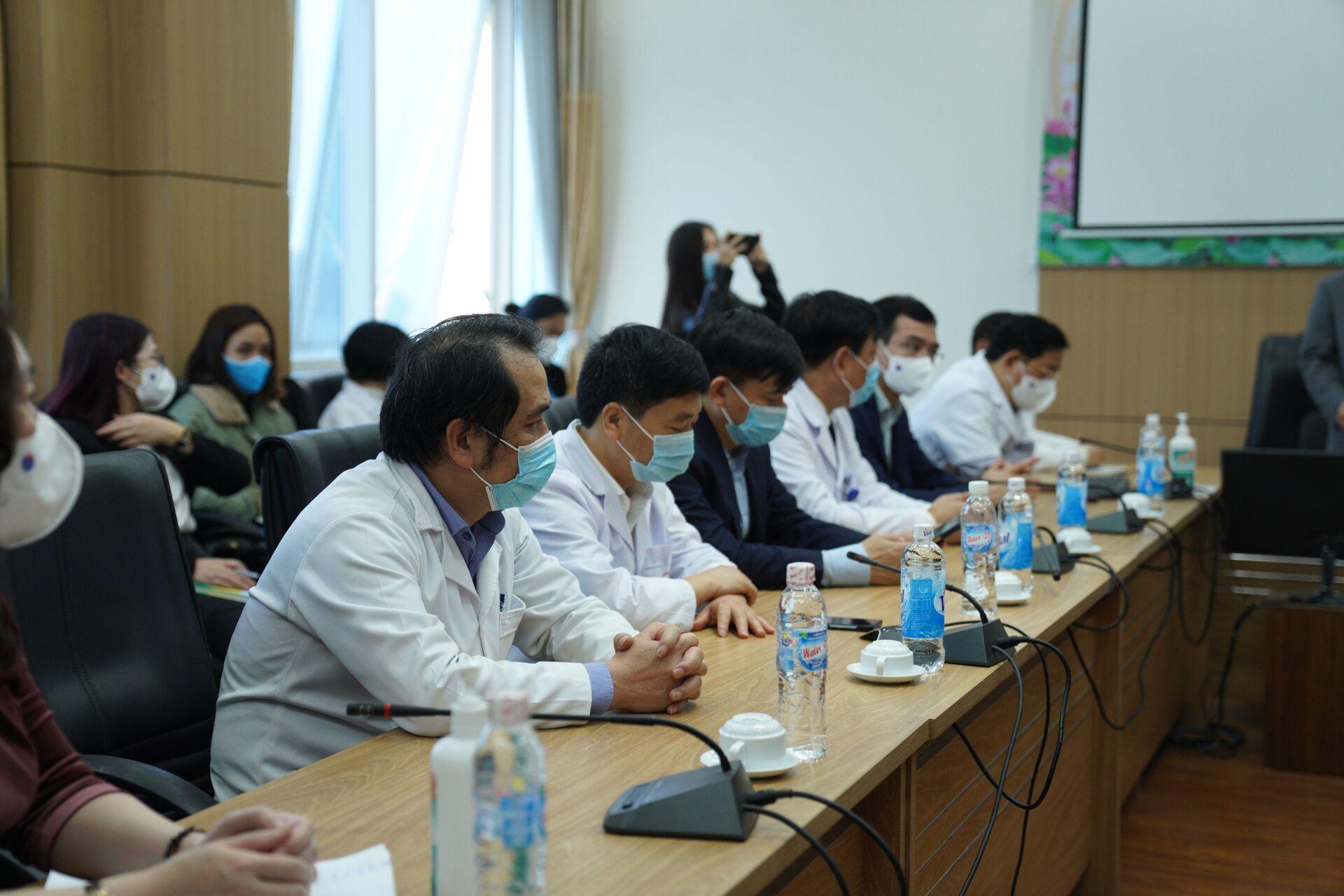 Người nước ngoài là cán bộ ngoại giao, tiếp xúc với nhiều người được ưu tiên tiêm vaccine - Sputnik Việt Nam, 1920, 08.03.2021