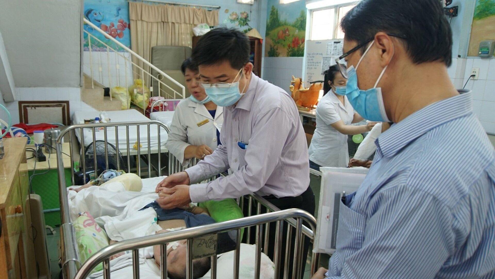 Phó Giáo sư Nguyễn Thanh Hiệp thăm trẻ em mồ côi tại Trung tâm bảo trợ trẻ tàn tật-mồ côi Thị Nghè. - Sputnik Việt Nam, 1920, 08.03.2021