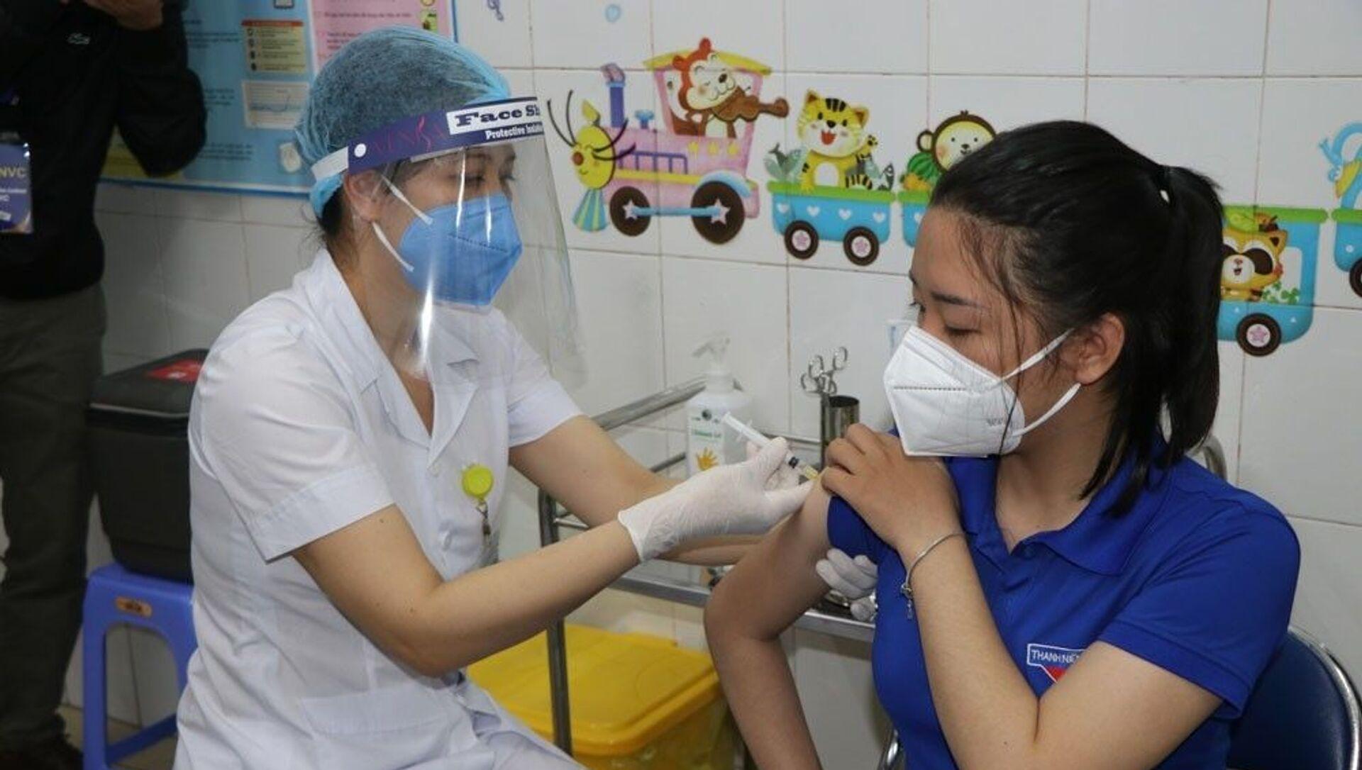 Tiêm vaccine phòng dịch COVID-19 cho những người được ưu tiên đợt 1. - Sputnik Việt Nam, 1920, 08.03.2021