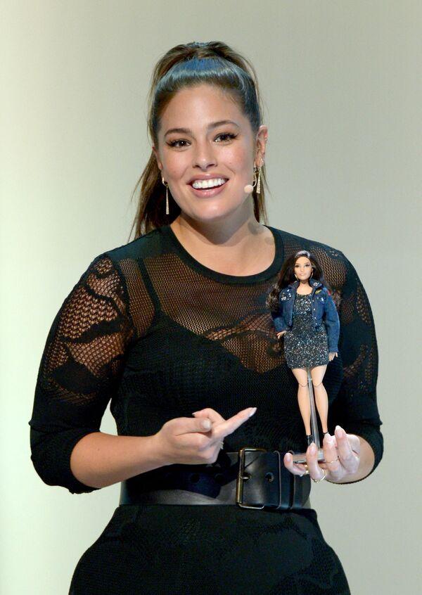 Người mẫu Ashley Graham với búp bê Barbie y hệt hình ảnh của cô  - Sputnik Việt Nam