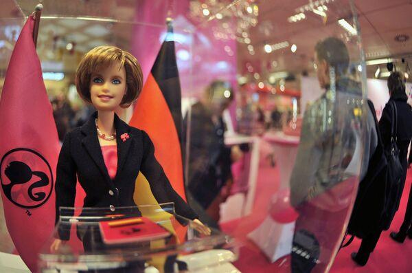 Búp bê Barbie, giống hệt Thủ tướng Đức Angela Merkel - Sputnik Việt Nam