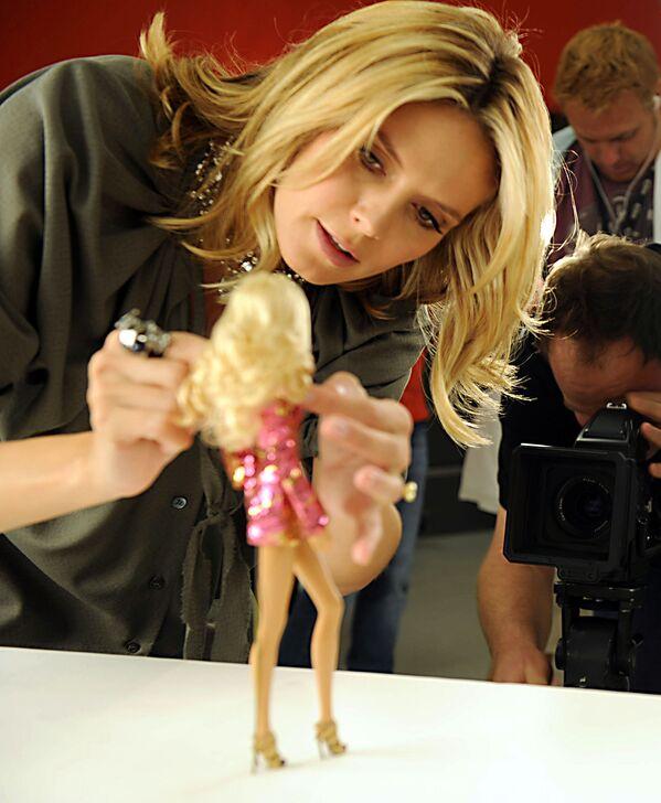 Người mẫu Heidi Klum với búp bê Barbie làm theo hình mẫu của cô  - Sputnik Việt Nam