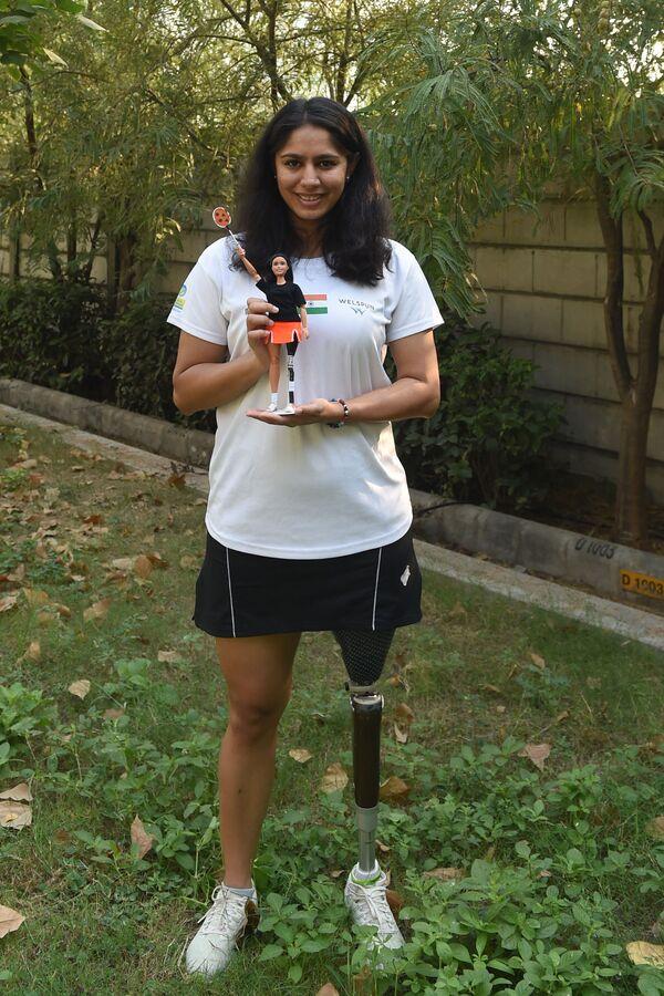 Vận động viên Ấn Độ Manasi Joshi giữ trong tay búp bê Barbie, được làm theo hình mẫu của cô  - Sputnik Việt Nam