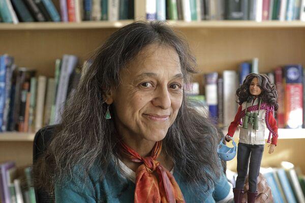 Nhà sinh thái học Nalini Puncature trong phòng thí nghiệm của mình tại trường Đại học Utah ở thành phố Salt Lake, giữ Barbie, được tạo ra theo hình ảnh của cô - Sputnik Việt Nam