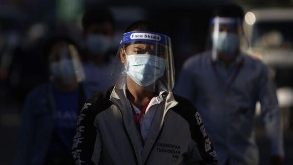 Người đeo khẩu trang trên đường phố Phnom Penh, Campuchia. - Sputnik Việt Nam