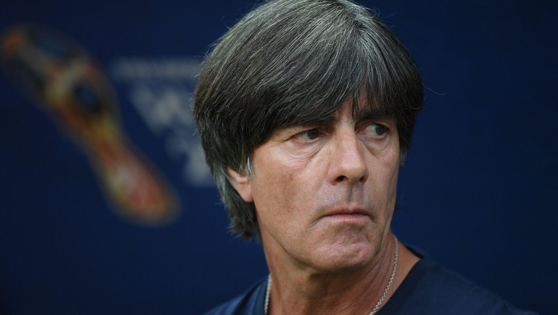 Huấn luyện viên quốc gia Đức Joachim Low trước trận đấu giữa Đức và Hàn Quốc ở Kazan - Sputnik Việt Nam, 1920, 10.03.2021