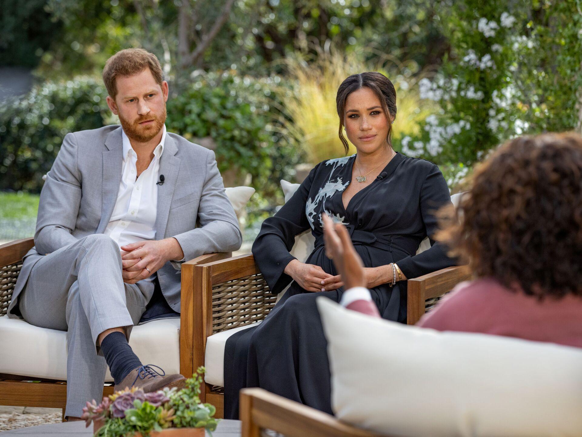 Hoàng tử Harry với vợ Meghan Markle trong cuộc phỏng vấn với Oprah Winfrey - Sputnik Việt Nam, 1920, 05.10.2021