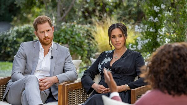 Hoàng tử Harry với vợ Meghan Markle trong cuộc phỏng vấn với Oprah Winfrey - Sputnik Việt Nam
