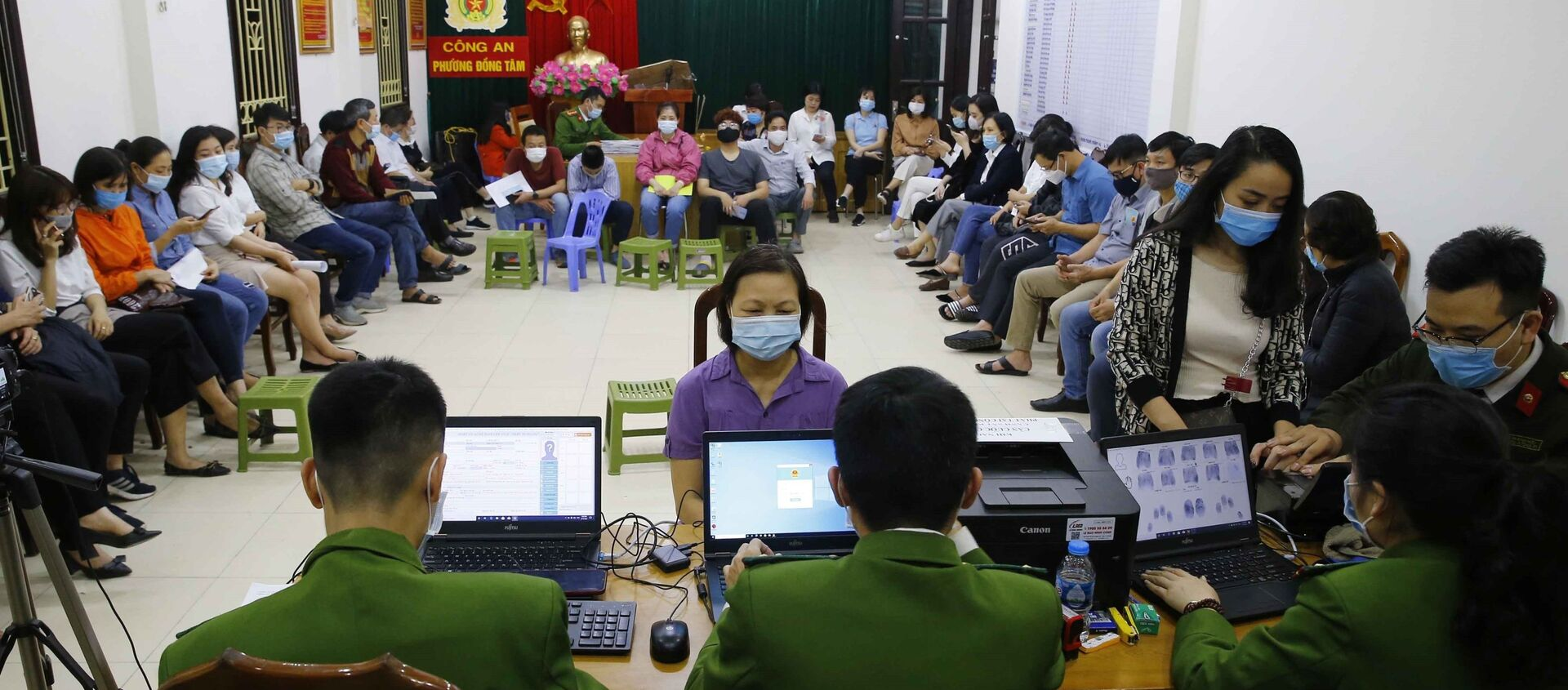 Rất đông người dân ngồi chờ đến lượt làm thủ tục cấp căn cước công dân lưu động tại trụ sở Công an phường Đồng Tâm (ảnh chụp lúc 22h tối 10/3/2021) - Sputnik Việt Nam, 1920, 09.04.2021