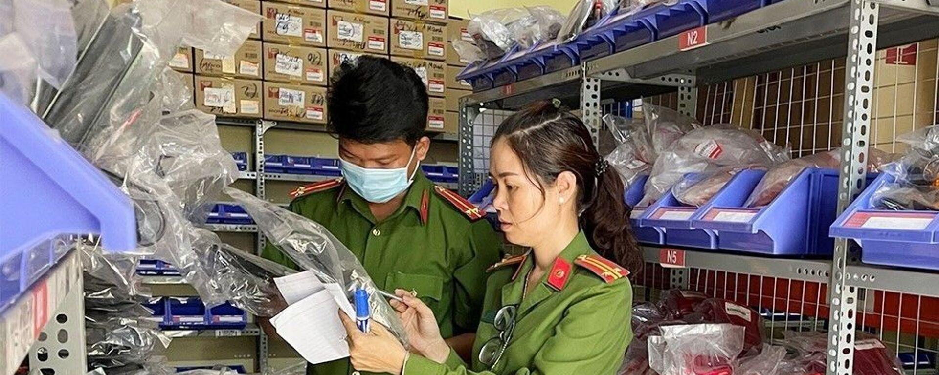 Lực lượng công an kiểm tra kho chứa hàng của Công ty TNHH thương mại và sản xuất Gia Thịnh.  - Sputnik Việt Nam, 1920, 11.03.2021
