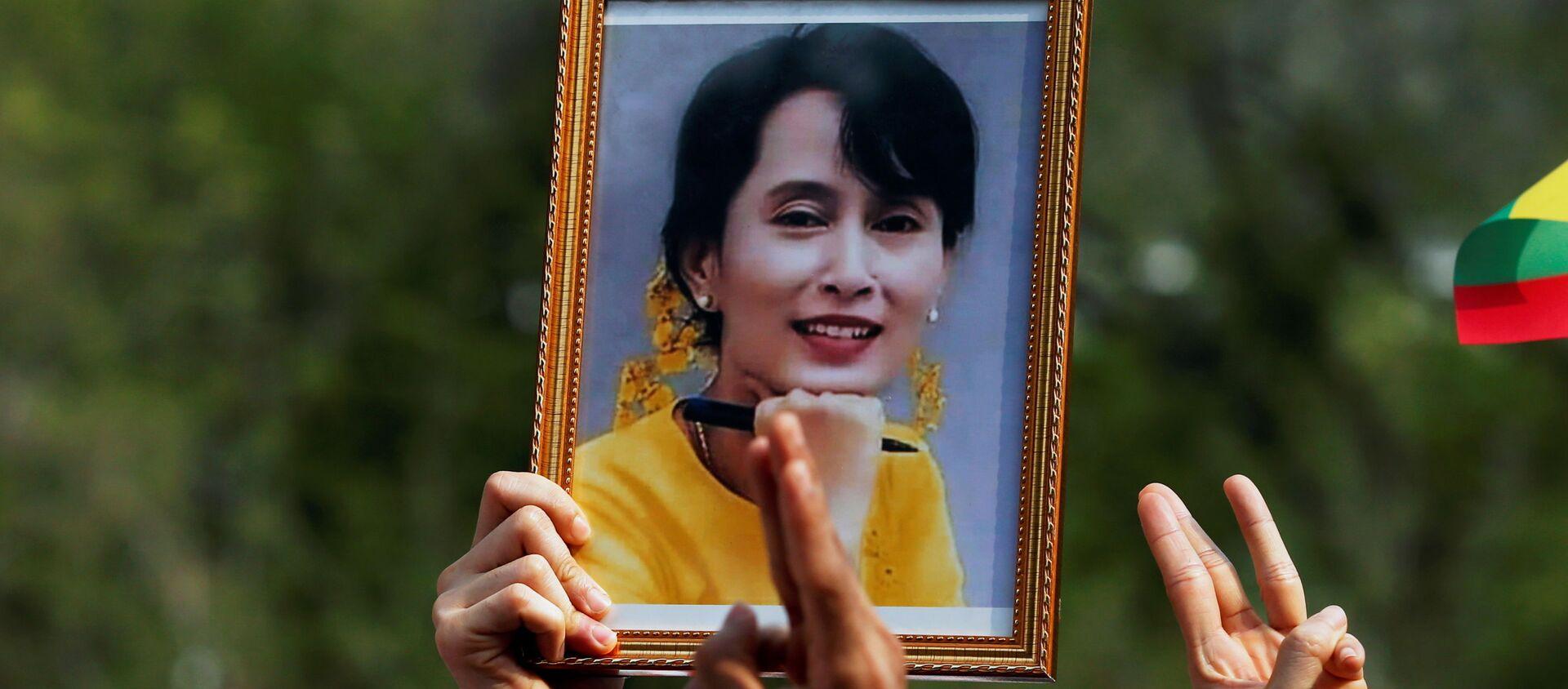 Người biểu tình với bức chân dung của Cố vấn Nhà nước Myanmar Aung San Suu Kyi ở Bangkok, Thái Lan. - Sputnik Việt Nam, 1920, 11.03.2021