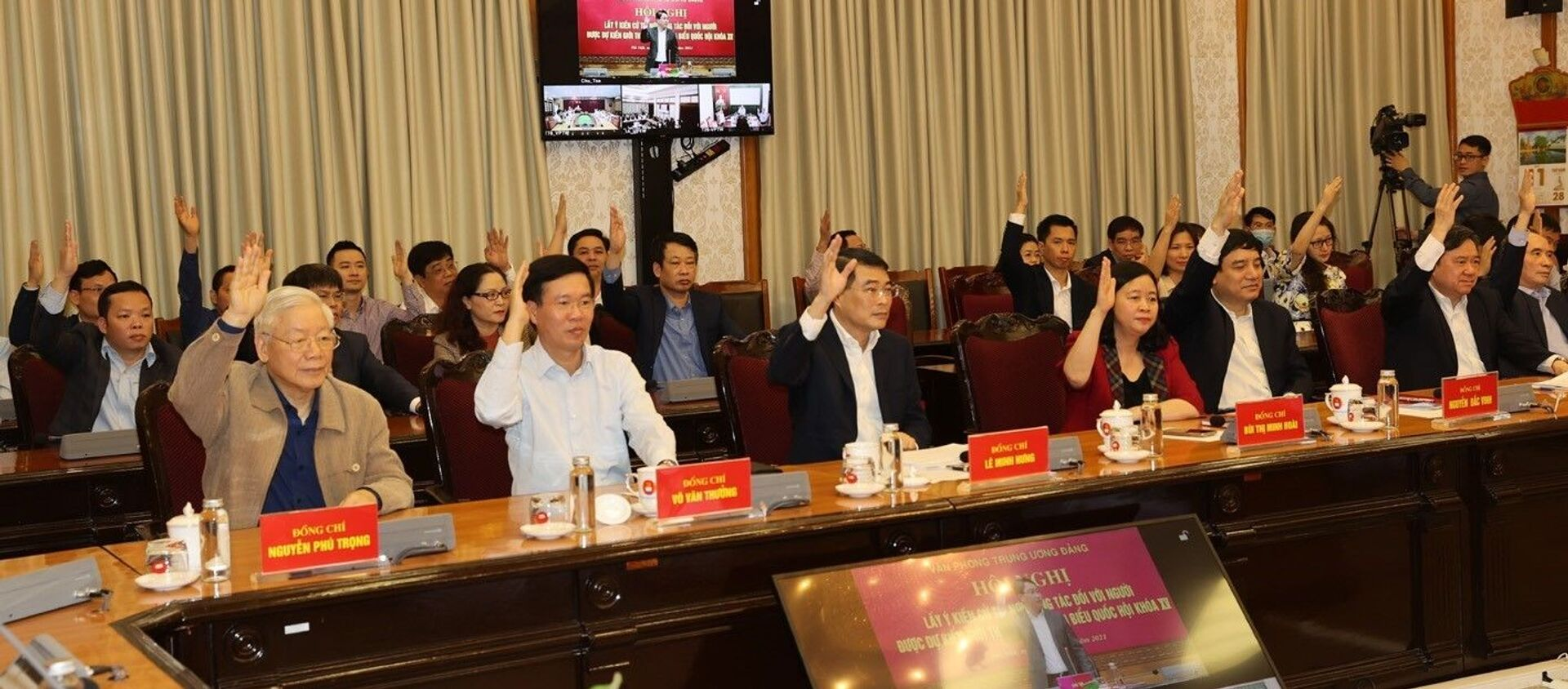 Tổng Bí thư, Chủ tịch nước Nguyễn Phú Trọng và các đại biểu giơ tay biểu quyết tại hội nghị. - Sputnik Việt Nam, 1920, 11.03.2021