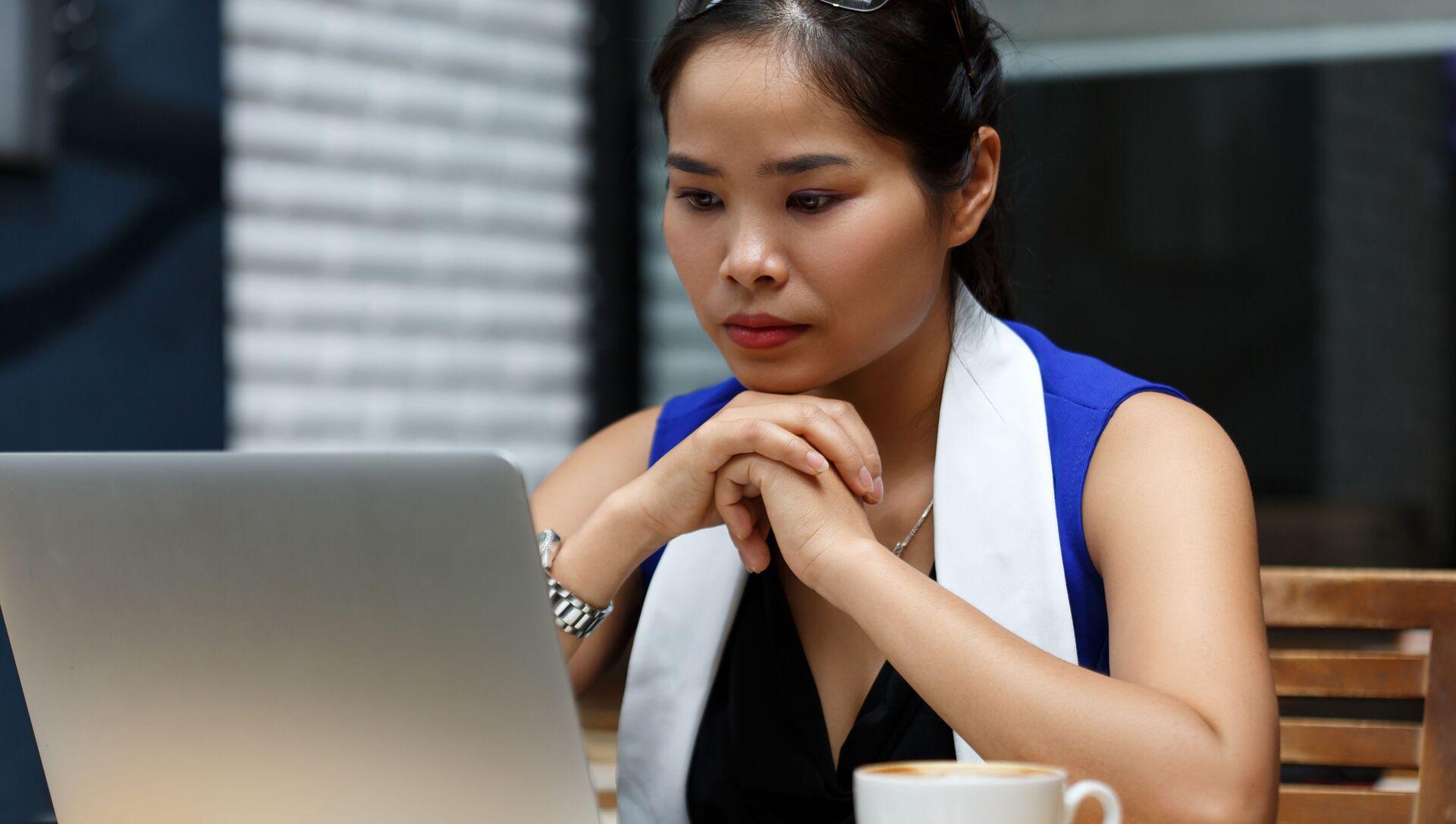 Cô gái cùng chiếc máy tính xách tay. - Sputnik Việt Nam, 1920, 25.03.2021