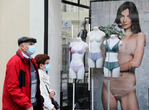 Người đeo khẩu trang đi ngang qua cửa hàng đồ lót trong thời gian cách ly ở Nice, Pháp - Sputnik Việt Nam