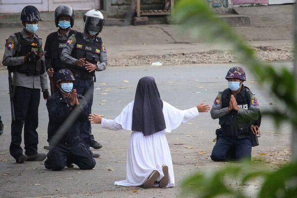 Vị nữ tu quỳ xuống van xin cảnh sát tha mạng cho người biểu tình chống đảo chính quân sự ở Myanmar - Sputnik Việt Nam