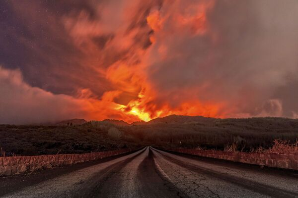 Dung nham tuôn xuống từ sườn núi lửa Etna - Sputnik Việt Nam
