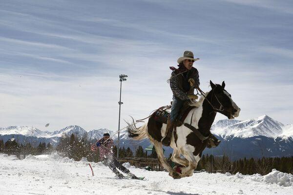 Cuộc thi trượt tuyết Leadville Ski Joring ở Leadville, bang Colorado - Sputnik Việt Nam