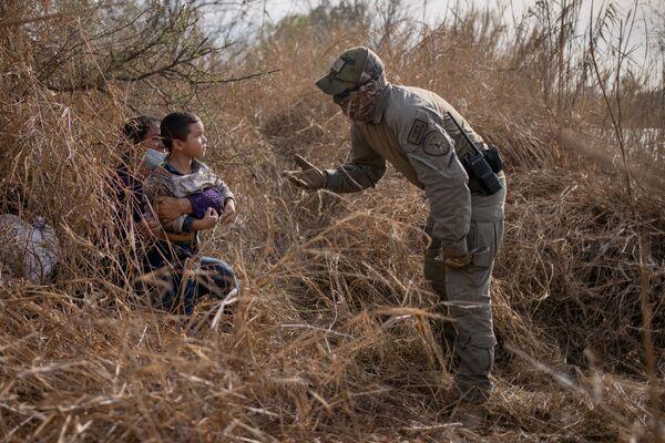 Đại diện an ninh bang Texas nói chuyện với di dân - Sputnik Việt Nam