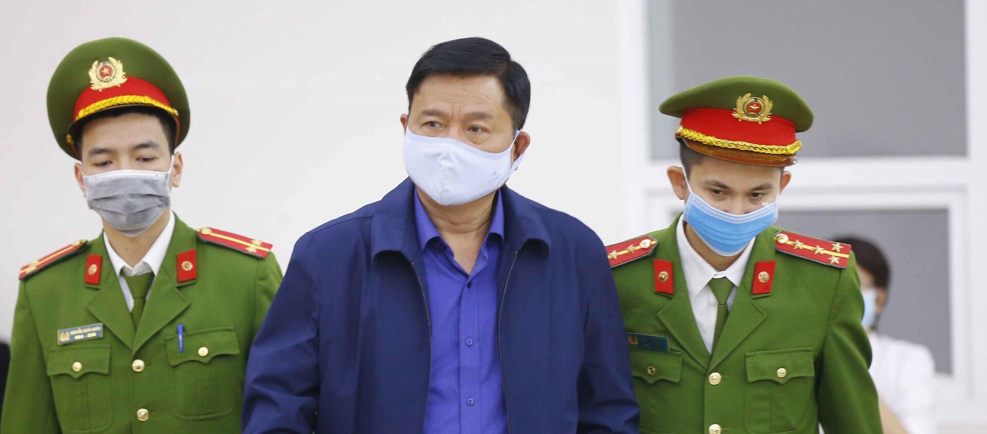 Cảnh sát dẫn giải bị cáo Đinh La Thăng vào phiên tòa xét xử - Sputnik Việt Nam, 1920, 12.03.2021