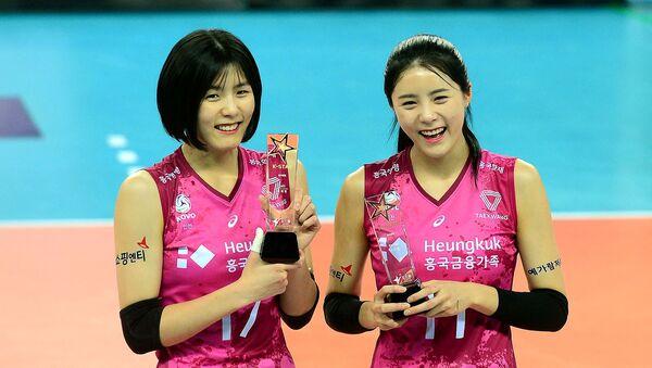 Các cầu thủ bóng chuyền Hàn Quốc Li Zheyen và Li Daen - Sputnik Việt Nam