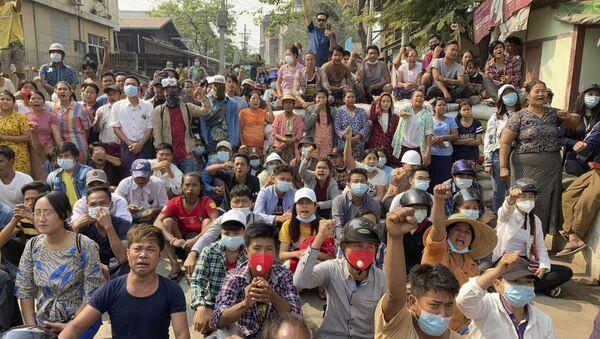 Người biểu tình phản đối đảo chính quân sự ở Mandalay, Myanmar. - Sputnik Việt Nam