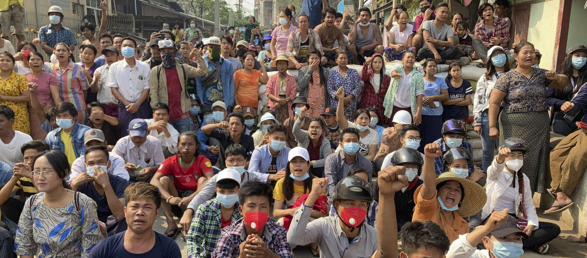 Người biểu tình phản đối đảo chính quân sự ở Mandalay, Myanmar. - Sputnik Việt Nam, 1920, 13.03.2021