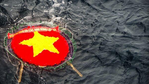 """Vòng hoa được thả xuống vùng biển Trường Sa mang dòng chữ """"Đời đời nhớ ơn các anh hùng liệt sỹ. - Sputnik Việt Nam"""