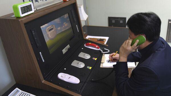 Quan chức Hàn Quốc kiểm tra đường dây điện thoại trực tiếp với CHDCND Triều Tiên tại làng biên giới Panmunjom - Sputnik Việt Nam
